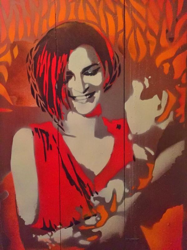 Malowane z szablonów  na paletach – portret kobieta w czrwieni